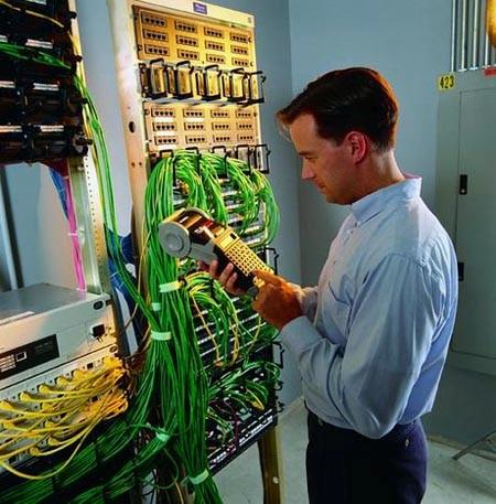 монтажник и стойки с проводами